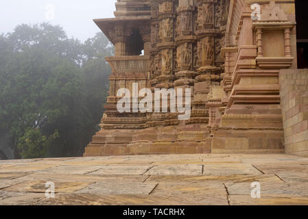 SSK - 899 un bello templo hindú ordenados nombrado como el Templo Chitragupta también conocido como el sol o Surya temple con esculturas y tallas Khajuraho, Madhya Pradesh, India Asia el 16 de diciembre de 2014 Imagen De Stock