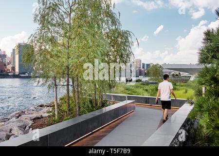 Vía marítima a través de la pradera. Hunters Point South Park, Nueva York, Estados Unidos. Arquitecto: SWA/Balsley en colaboración con Weiss/Manfredi, Imagen De Stock