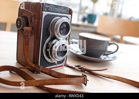 Vintage Retro cámara en la parte superior de la mesa en el cafe interior Imagen De Stock