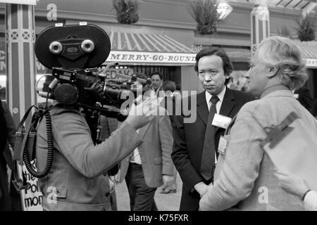 Anthony Howard periodista político siendo filmado por la BBC en la Conferencia del Partido Conservador, salón de conferencias, Blackpool jardines de invierno 1973 UK 1970 Inglaterra HOMER SYKES Imagen De Stock