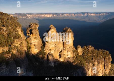 La luz del sol reflejada en la formación rocosa Three Sisters en el Parque Nacional Blue Mountains, en Nueva Gales del Sur, Australia Imagen De Stock
