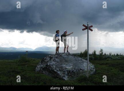 Dos mujeres senderismo Imagen De Stock