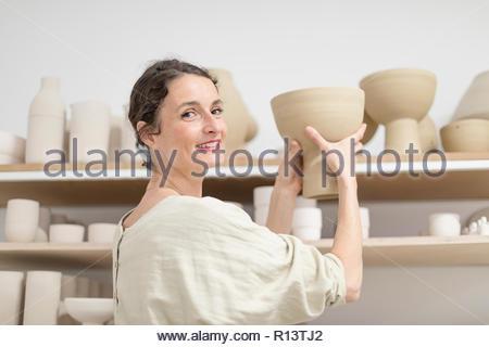 Interiores retrato de una mujer sonriente en casa Imagen De Stock