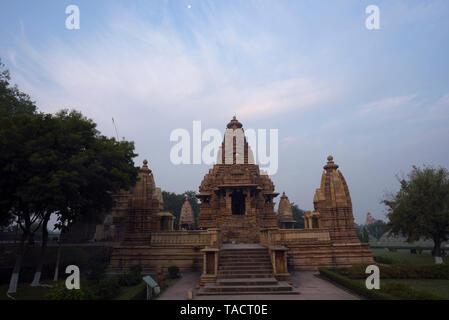 SSK - 058 antigua y hermosa arquitectura del templo de Laxmana con cielos nublados en el fondo Khajuraho, Madhya Pradesh, India Asia 11 de diciembre de2014 Imagen De Stock