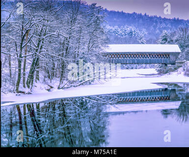 Puente cubierto en invierno , el Condado de Hillsborough, New Hampshire escena de invierno en el Sur de Nueva Hampshire Imagen De Stock