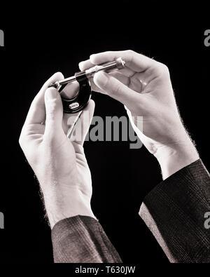 1930 hombres manos sosteniendo un tornillo de micrómetro Medidor utilizado para la medición exacta del espesor de diversos componentes materiales - s4269 HAR001 HARS mediados de husillo de rosca de precisión hombre adulto joven adulto hombre blanco y negro precisa la etnia CAUCÁSICA HAR001 ANTICUADO Imagen De Stock