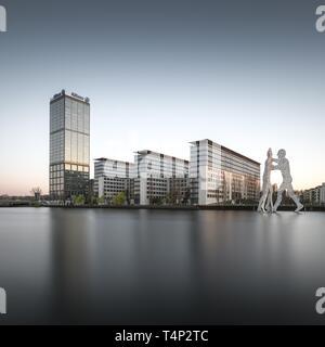 Allianz torre sobre el río Spree con la molécula hombre monumento artista americano Jonathan Borofsky, Berlín, Alemania Imagen De Stock
