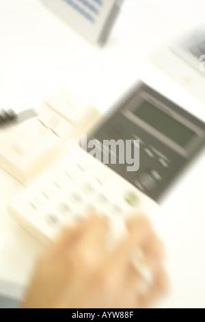 Cerca de la mano hacer una llamada Imagen De Stock