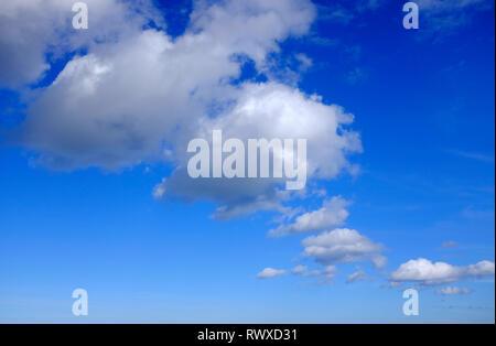 Los patrones de nubes sobre fondo de cielo azul Imagen De Stock