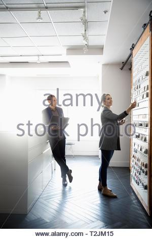 Los diseñadores de interiores mirando muestras en design studio Imagen De Stock