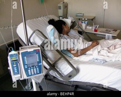 Chica adolescente enfermo en el hospital Imagen De Stock