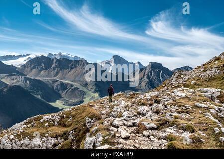 Caminante en dolomitas Ruta glaciar de la Marmolada con el fondo Imagen De Stock