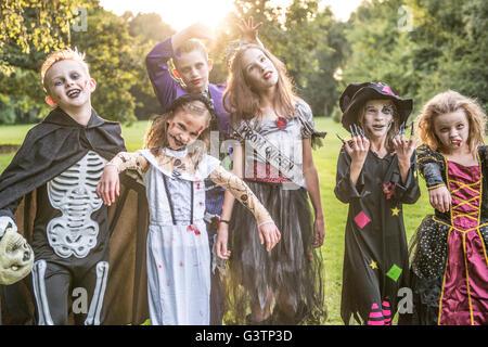 Los niños plantean en zombie trajes para la noche de Halloween. Imagen De Stock