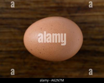 Huevo sobre una tabla de cortar de madera con disparo de medio formato digital profesional Imagen De Stock