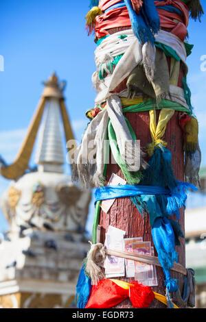 Deseo post y Stupa, el Monasterio de Gandan, Ulaanbaatar, Mongolia Imagen De Stock