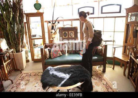 Mujer comprar antigüedades, EE.UU.. Imagen De Stock