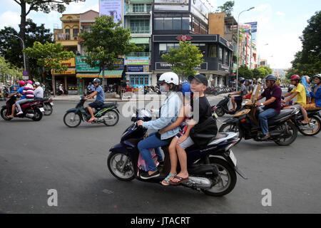 La madre y el niño en moto en Saigón Street, en la ciudad de Ho Chi Minh, Vietnam, Indochina, en el sudeste de Asia, Asia Imagen De Stock