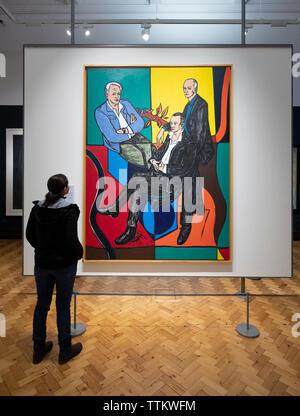 Mujer mirando la pintura de los ciudadanos por Adrian Wiszniewski en Scottish National Portrait Gallery en Edimburgo, Escocia, Reino Unido Imagen De Stock