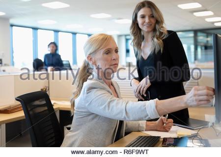 Empresarias trabajando en equipo en armario de oficina Imagen De Stock