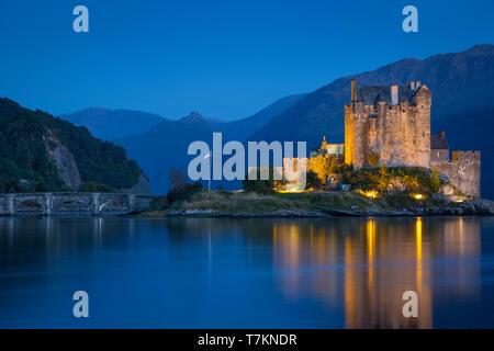 Twilight sobre Castillo de Eilean Donan en Loch Duich, Dornie, Highlands, Escocia Imagen De Stock