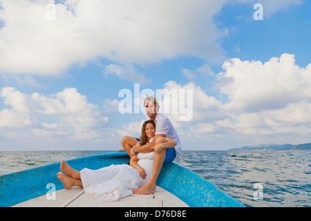 Hombre y mujer abrazar en la proa del barco Imagen De Stock