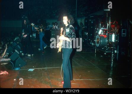 LONG BEACH, CA - 20 de noviembre: (L-R) músicos Ian Gillan, Glenn Hughes, Jon Lord, Ritchie Blackmore y el baterista Ian Paice de Deep Purple en conciertos en Long Beach Arena el 20 de noviembre de 1974 en Long Beach, California. Imagen De Stock