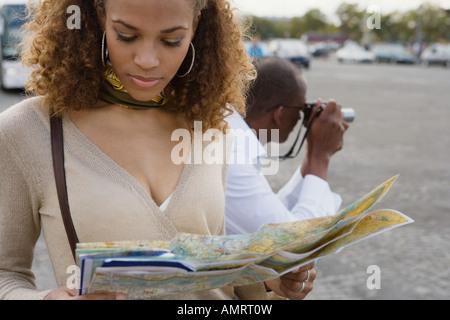 Mujer Africana mirando en el mapa Imagen De Stock