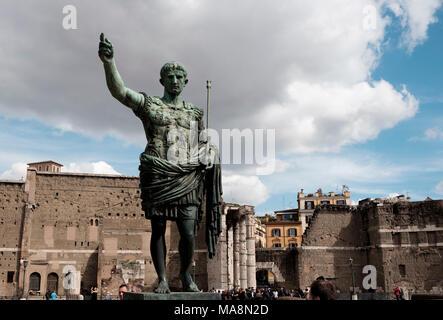 Estatua del emperador romano Caesar Augustus, en Via dei Fori Imperiali, Roma Imagen De Stock