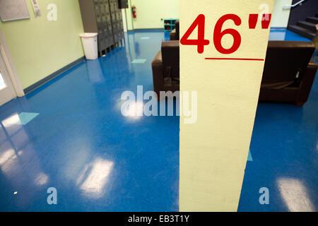 Línea en la pared marcando la altura mínima de participación, 46 pulgadas. Imagen De Stock