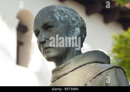 El Padre Junipero Serra estatua, San Luis Obispo de la Misión de San Luis Obispo, CA. Fotografía Digital. Imagen De Stock