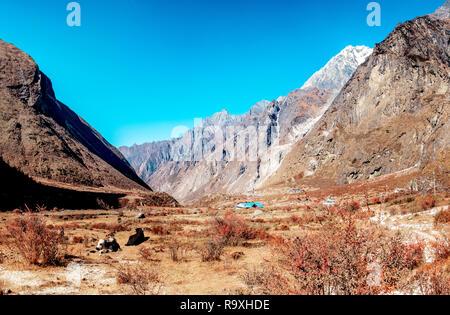 Idílico paisaje de montañas rodeado Langtang valle en Nepal. Imagen De Stock