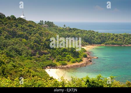 UNAWATUNA BEACH; la selva y la Pagoda de la paz Imagen De Stock