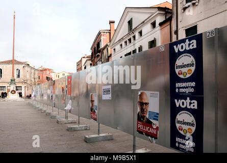 Una pantalla stand erigido en Campo Santa Margherita, Venecia a llevar el partido político de las elecciones italianas de 2018 pero apenas utilizada, Imagen De Stock