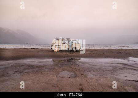 La mujer y los perros por camper van en la playa, Chile Imagen De Stock