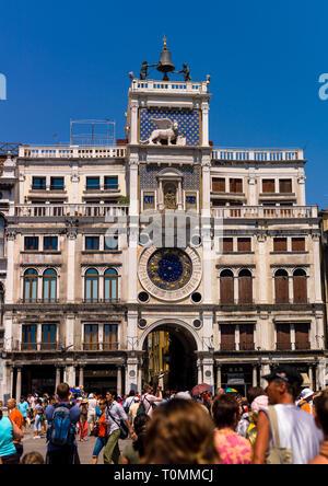 Torre del Reloj de San Marcos contra el cielo, la región de Veneto, Venecia, Italia Imagen De Stock