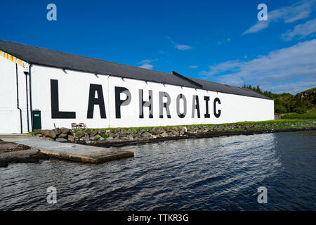 Vista de la Destilería Laphroaig en la isla de Islay en Inner Hebrides de Escocia, Reino Unido Imagen De Stock