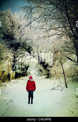 Chica en chaqueta roja en la nieve. Imagen De Stock