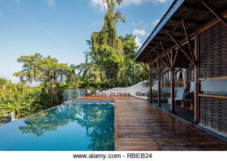Solarium con piscina. Jalakara Villa Hotel, Islas Andamán y Nicoar, India. Arquitecto: Ajith Andagere, 2016. Imagen De Stock