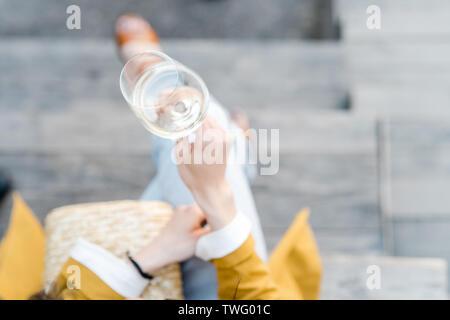 Vista aérea de una mujer con un vaso de vino blanco Imagen De Stock