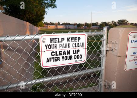 Firmar al parque perro pidiendo a los propietarios a limpiar después de su perro. Imagen De Stock