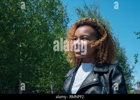 Hermosa muchacha africana se ve lejos en el muelle exterior Imagen De Stock