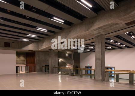 El nuevo interior de la Hayward Gallery, la mundialmente famosa galería de arte contemporáneo y emblemático de la arquitectura Brutalist en Londres del Banco del Sur. Imagen De Stock