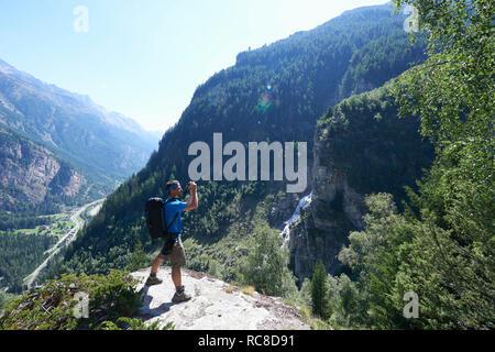 Caminante tomar fotografía, Mont Cervin, Cervino, Valais, Suiza Imagen De Stock