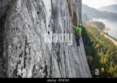 Las hembras jóvenes de escalador subiendo por la roca, vista elevada, el jefe, Squamish, British Columbia, Canadá Imagen De Stock