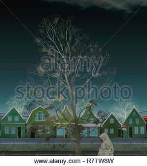 Mujer caminando por la calle holandés vacía en invierno Imagen De Stock