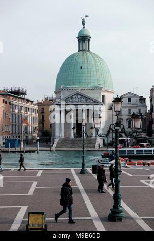 Chiesa di San Simeone Piccolo y el Gran Canal visto desde la plaza en frente de la estación de Venecia Santa Lucio Imagen De Stock