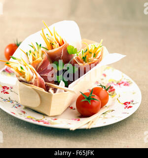 Jamón crudo y envolturas vegetal Imagen De Stock