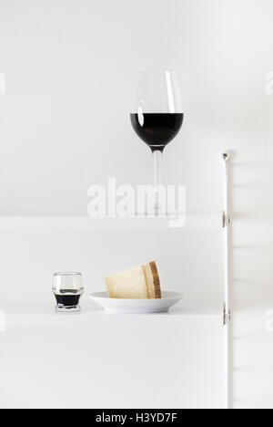 Vino tinto, queso parmesano y vinagre balsámico en la estantería. La comida aún la vida. Imagen De Stock