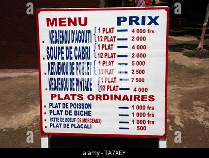 Maquis restaurante menú board, région des Lacs, Yamoussoukro, Costa de Marfil Imagen De Stock