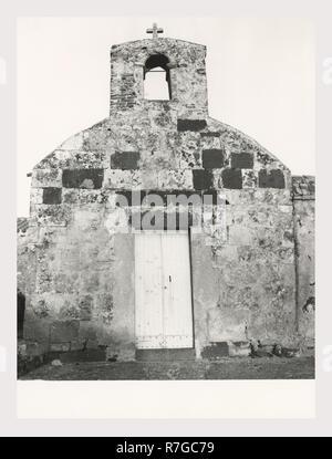 Oristano Cerdeña Zeddiani Parrocchiale, esta es mi Italia, el país de la historia visual de la arquitectura románica medieval, con cúpula octogonal. Portal tiene decoración esculpida e inscripción. Imagen De Stock